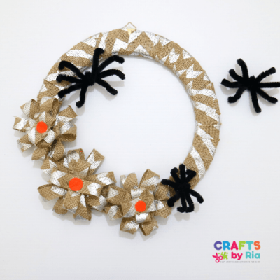 diy halloween wreath with burlap and spiders-featured image