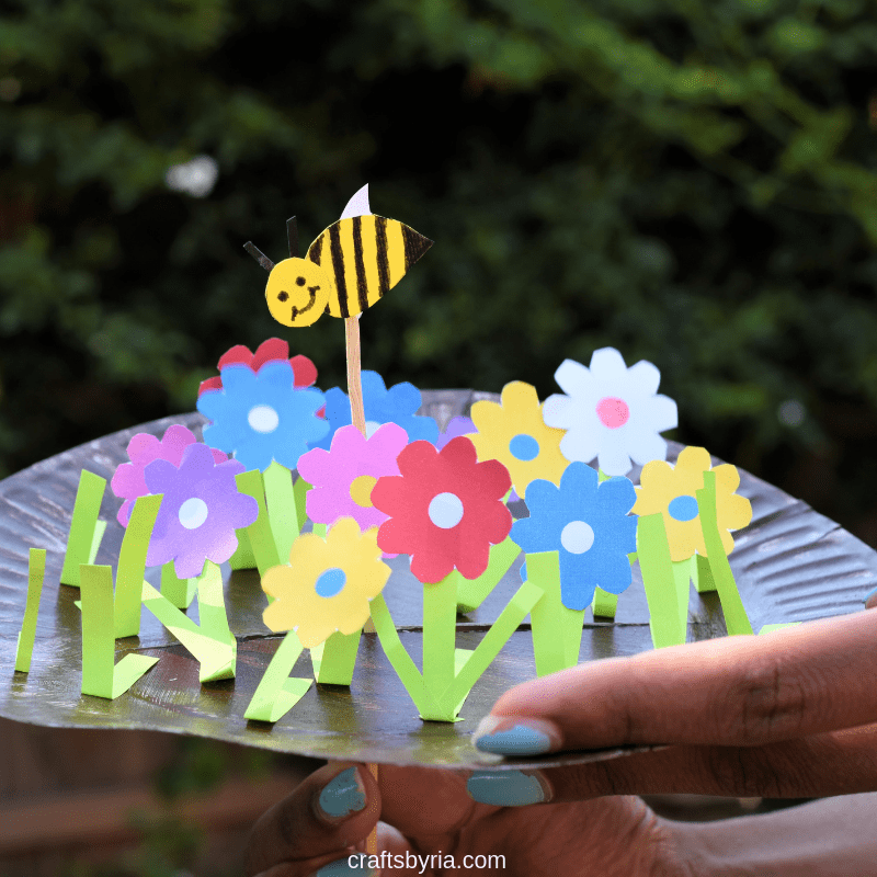 Fun spring craft for kids- Paper plate garden and moving bee-fb