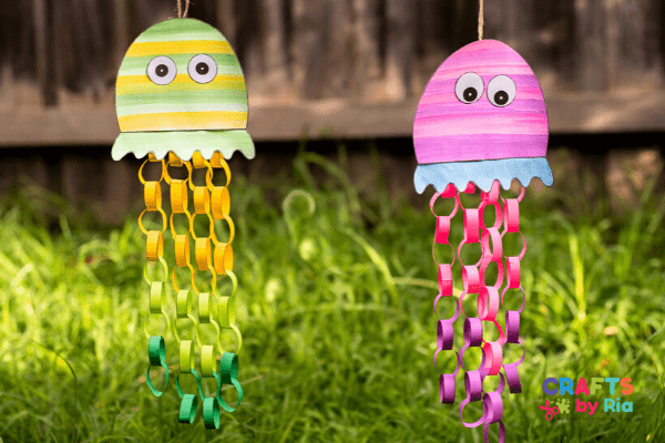 Stick a yarn behind the jellyfish head and make a hanging jellyfish craft.